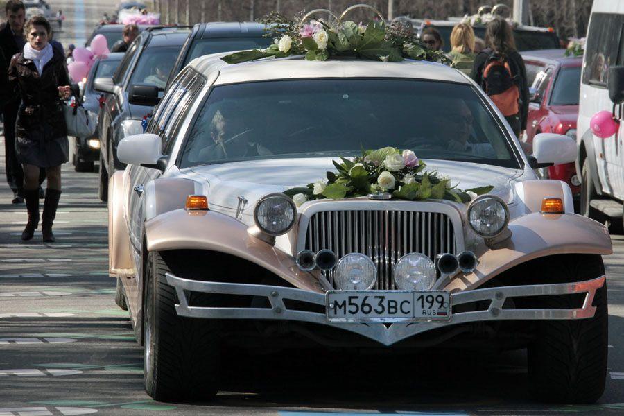 Свадебные лимузины на Поклонной горе